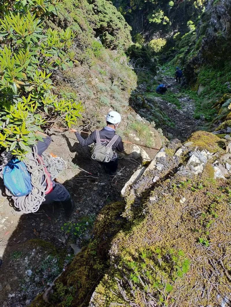 南投縣消防局及林管處人員組搜救隊,下切200公尺深谷找到王姓登山客。(南投縣消防局提供)