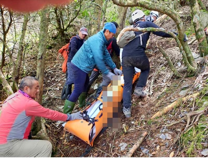 搜救人員將王姓登山客以拖拉的方式送到空曠平坦處,等候2日直升機吊街掛運送下山。(南投縣消防局提供)