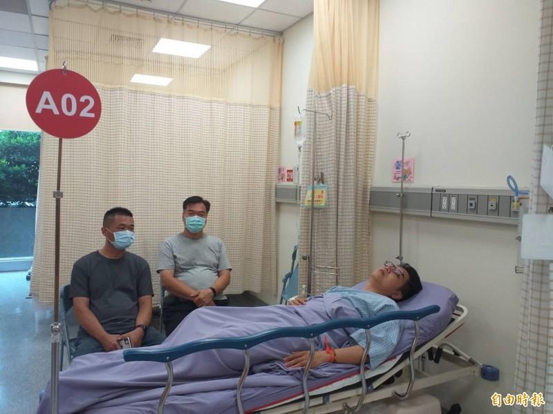 羅廷瑋今日身體撐不住了,由救護車將強制送醫注射點滴。(記者張軒哲攝)