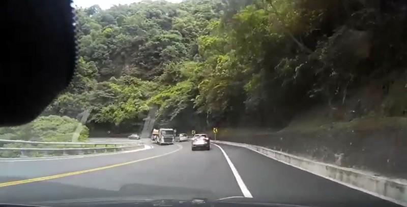 一輛砂石車昨行經蘇花公路121公里路段時,疑似車速過快,造成後車斗側傾,車上砂石散落一地。(記者張議晨翻攝)