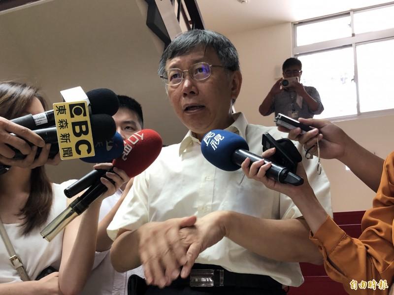 民眾黨主席柯文哲被問及是否認為陳其邁口號撐香港,他笑問「怎麼講人家壞話?」(記者陳昀攝)