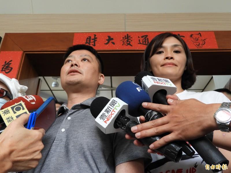 高雄市議會國民黨團總召曾俊傑(左)表示,還會找副議長陸淑美討論補選的時間。右為市長參選人李眉蓁。(記者葛祐豪攝)