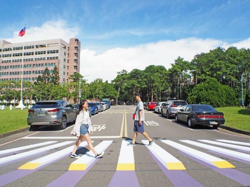 清華大學在校園內劃設全國第一個在大學校園內的立體3D彩色斑馬線,提醒車輛駕駛減速慢行,保障行人通行安全。(記者洪美秀攝)