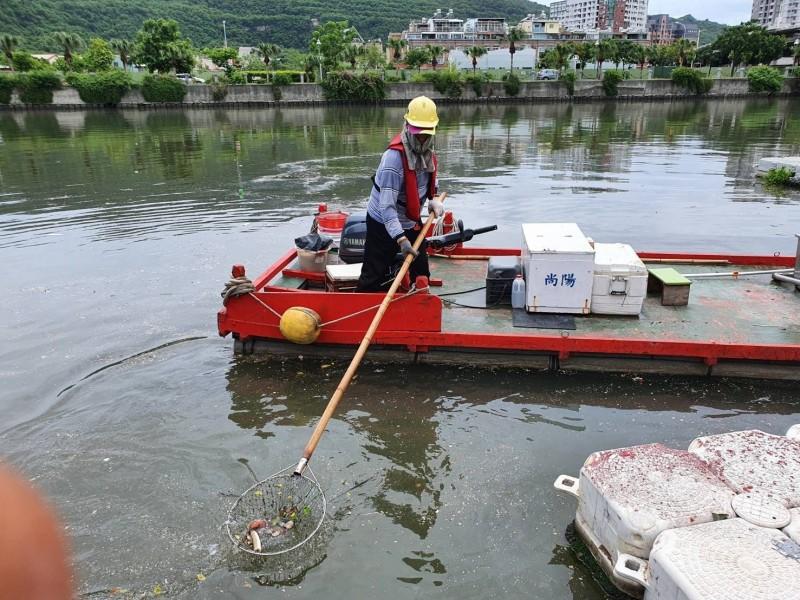 環保局打撈幸福川垃圾及廢棄物200公斤。(記者陳文嬋翻攝)