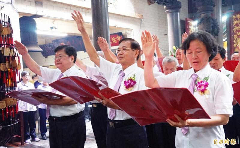 東隆宮第10屆董事長潘慶士(中)、副董事長李慶助(左)及常務監事黃玉恒(右),今天帶領董監事會成員向溫府千歲上香,宣誓就職。(記者陳彥廷攝)