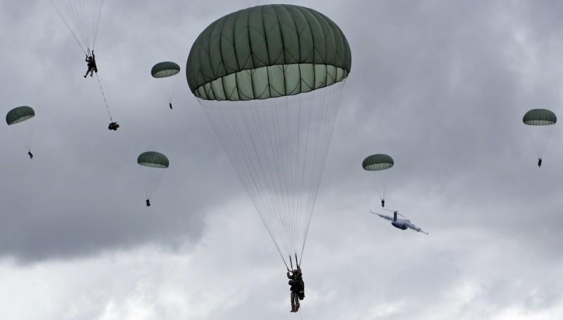 美軍週二(6月30日)舉行大型傘兵空降演訓,逾400名官兵搭乘C-17運輸機從美國阿拉斯加起飛,橫越逾8000公里前往關島進行空降。圖為美國陸軍傘兵跳傘示意圖。(美聯社)
