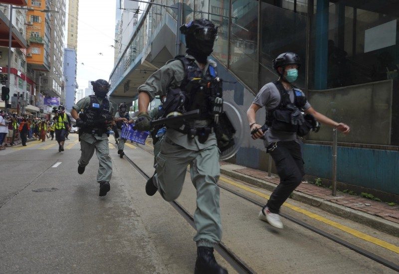 無懼「港版國安法」上路,大批香港民眾今(1)日在銅鑼灣集結遊行,警方截至下午3時已逮捕超過70人。(美聯社)