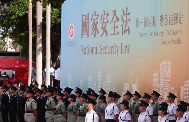 港版國安法昨通過生效,在條文內容中首次明訂,在3種情況下將由北京駐港國安公署對案件行使管轄權,且檢察權及審判權是由最高人民檢察院及最高人民法院指定。圖為示意圖。(歐新社)