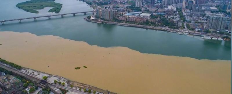 中國暴雨後湖北襄陽城漢江水面。(圖擷取自網路)