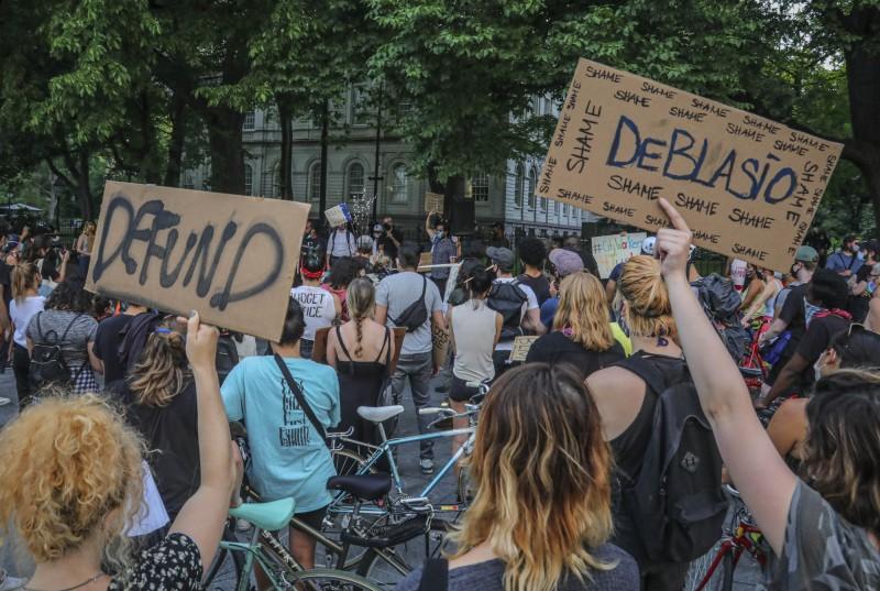 紐約市議會宣布,2021年度預算將砍紐約市警局10億。圖為民眾示威要求市長白思豪刪減警局預算。(美聯社)