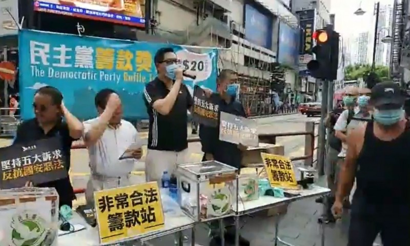 香港壹傳媒創辦人黎智英(左四)今天近中午現身街頭,為民主黨的募款活動站台,約1個小時後才搭車離去。(圖擷取自林卓廷臉書)