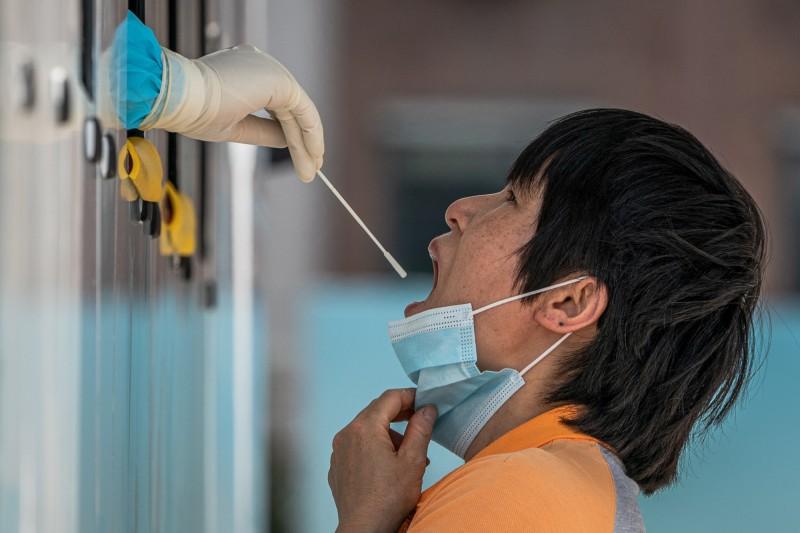 圖為中國北京1日民眾接受武肺病毒採檢。(歐新社)
