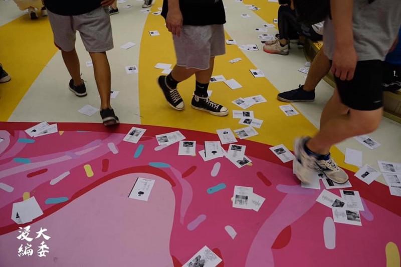 今日有港人在香港銅鑼灣商場內,撒下大量印有警員資料的傳單。(圖擷取自臉書_香港浸會大學學生會編輯委員會 Hong Kong Baptist University Students' Union Editorial Board)