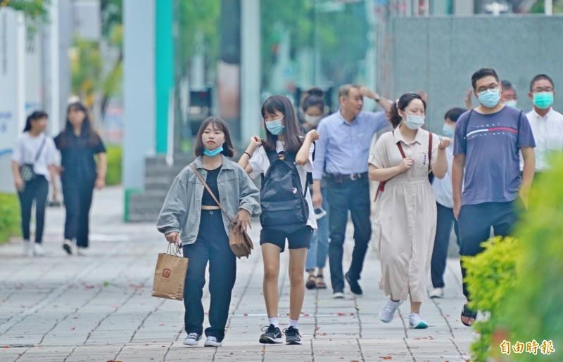 今日各地高溫炎熱,民眾外出應注意防曬、防中暑。(記者黃志源攝)
