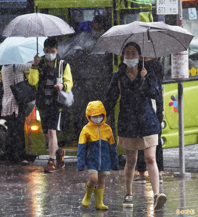 明天(2日)水氣仍多,中南部及東南部地區可能整天不定時有陣雨、雷雨發生。北部地區及各地山區午後須慎防局部短時豪雨、大雷雨。(資料照)