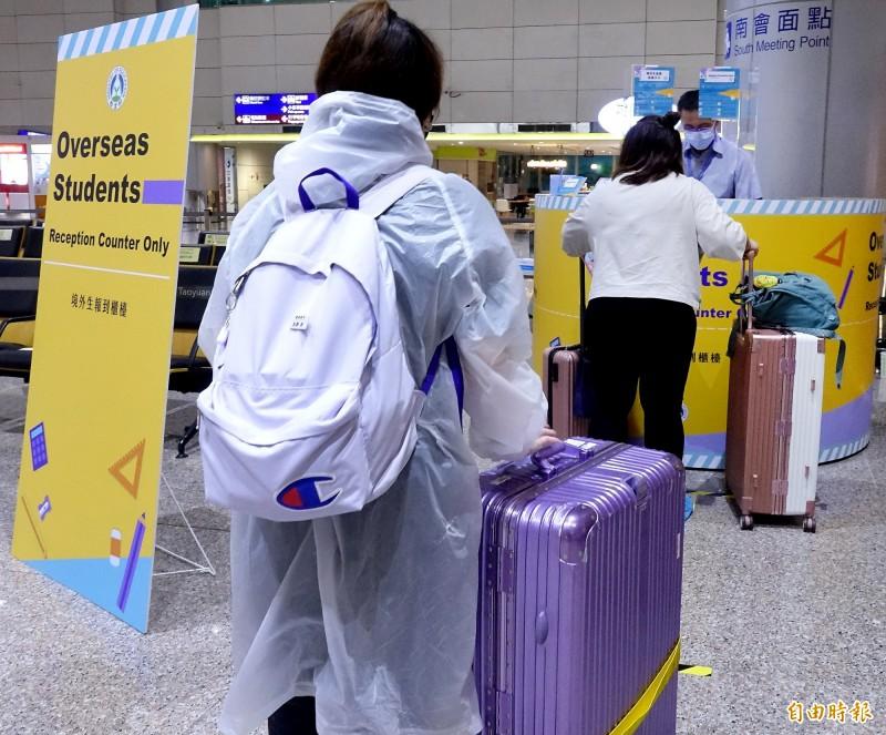 教育部與各大學從6月26日起,於桃園國際機場啟用境外生報到單一櫃檯,截至今天下午5時,名冊核准入境人數為257人,迄今已完成入境32人。(記者朱沛雄攝)