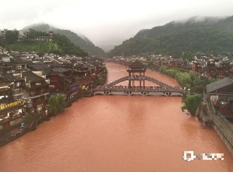 中國湖南鳳凰古城洪水滾滾。(圖擷取自網路)