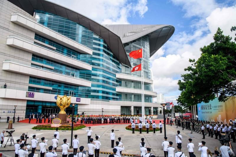 中國全國人大常委會6月30日全票通過「港版國安法」,港府也在晚間11時刊憲生效;據外媒指出,香港已進入威權時代,「港版國安法」加劇中國與其他國家的衝突,頒布時機視為對英國的象徵性羞辱。圖為香港主權移交23週年典禮。(法新社)