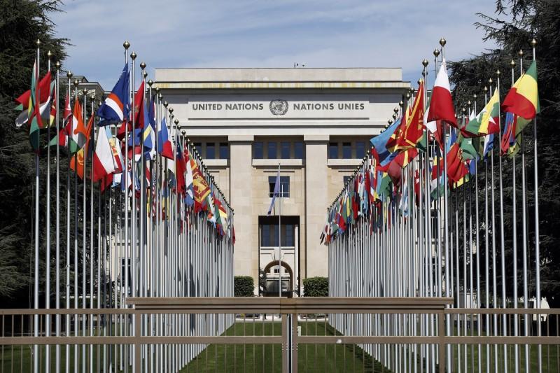 聯合國駐日內瓦辦事處萬國宮前的各國國旗。(彭博資料照)