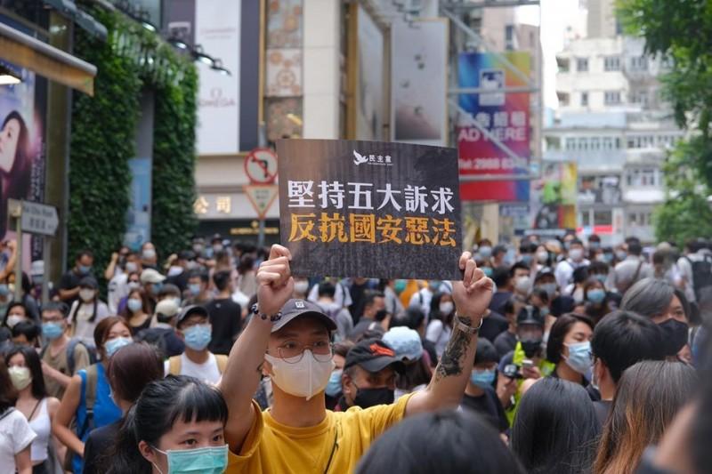 即使香港警方不批准今日的七一遊行,大批港人仍自發上街遊行,高舉「堅持五大訴求、反抗國安惡法」手牌。(圖擷取自推特_@studioincendo)