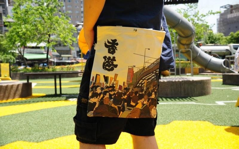 流亡來台的「反送中」示威者Daniel背著的帆布包,是由香港團隊設計、示威者在台聯繫廠商生產的。Daniel說,他們希望自給自足,不依賴台灣的資助維生。(中央社)