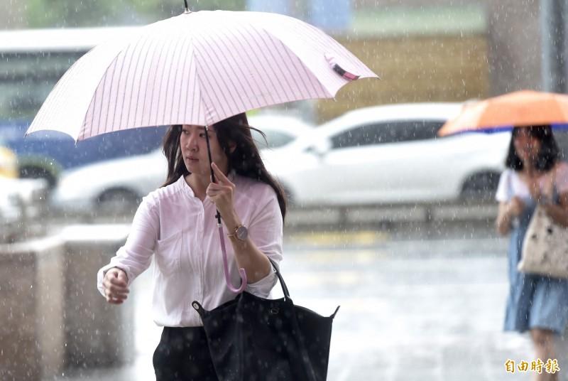 中央氣象局指出,今天午後雷陣雨現象比起昨天將更加顯著。(資料照)