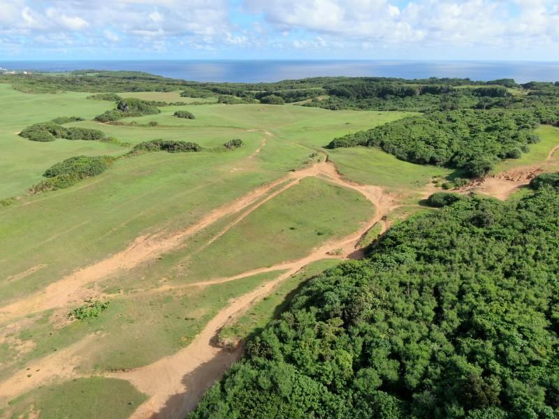 墾丁綠野被沙灘車割出「黃土拉鍊」。(記者蔡宗憲翻攝)