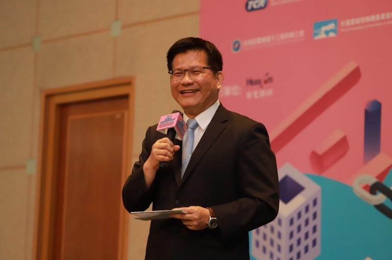 交通部長林佳龍今出席5G智慧城市場域交通科技新紀元研討會時,接受媒體訪問針對紓困3.0規劃進行說明。(圖:交通部提供)