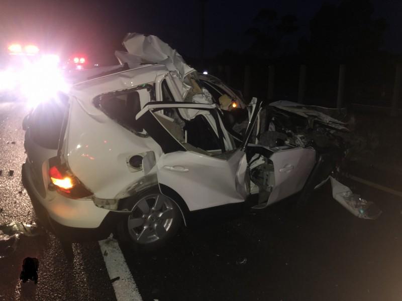 潘男的自小客車嚴重扭曲變形、車頂掀飛,人卡在駕駛座動彈不得,下巴幾乎遭削掉、送醫不治。(記者蘇福男翻攝)