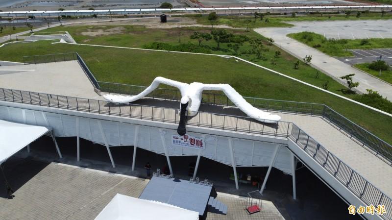 黑面琵鷺裝置藝術展翅屹立在七股遊客中心正上方。(記者楊金城攝)