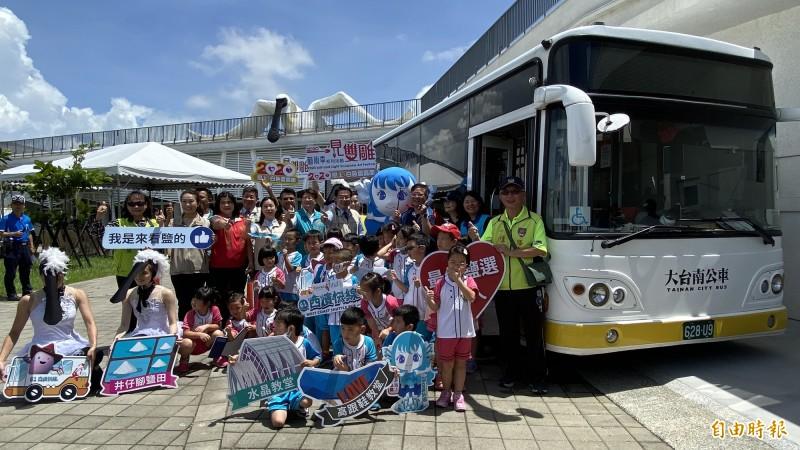 一見雙雕藝術季今為黑面琵鷺裝置藝術和「鹽精靈」公仔搭乘的「台灣好行」西濱快線公車行銷。(記者楊金城攝)