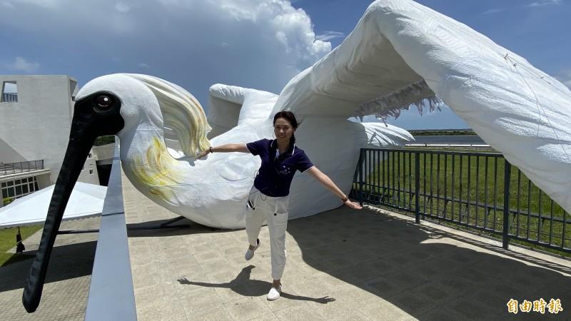 一見雙雕藝術季在七股遊客中心屋頂觀景平台打造1隻巨大的黑面琵鷺裝置藝術,成為遊客拍照的亮點。(記者楊金城攝)