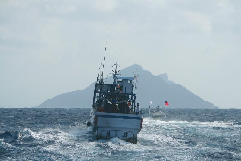2012年南方澳漁民發起的保釣行動,挺進釣魚台外海3海浬處,島上的最高點高華峰才有機會映入漁民眼簾。(讀者李忠衛提供)