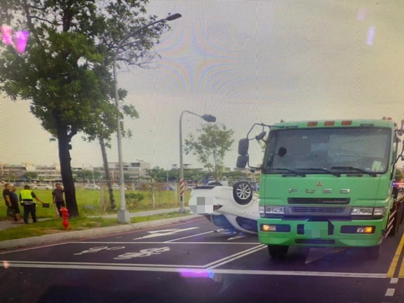 小自客車與聯結車發生擦撞後,旋即翻車。(記者洪臣宏翻攝)