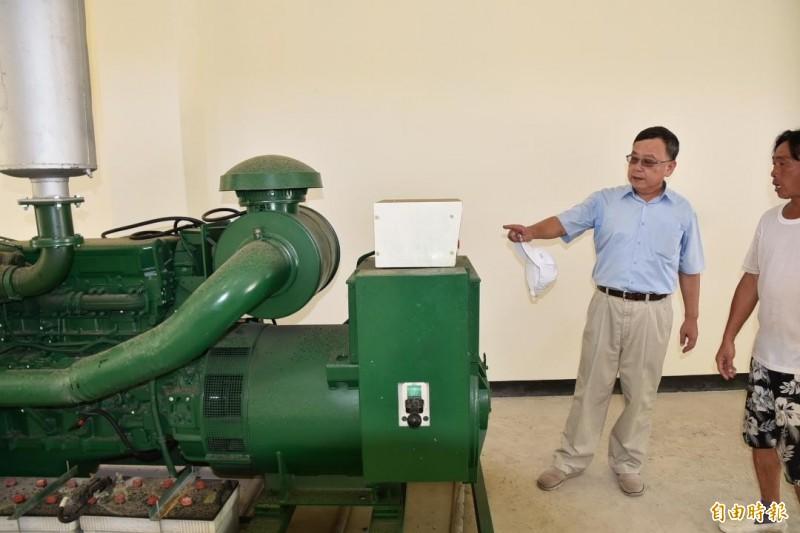 針對離島自營發電機傳出油料異常耗損,澎湖縣長賴峰偉多次下鄉視察。(記者劉禹慶攝)