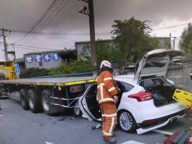 桃園市賴姓男子駕車撞擊路邊拖板車尾,昏倒在駕駛座被警方發現口含氣球,車內還有笑氣鋼瓶。(記者余瑞仁翻攝)