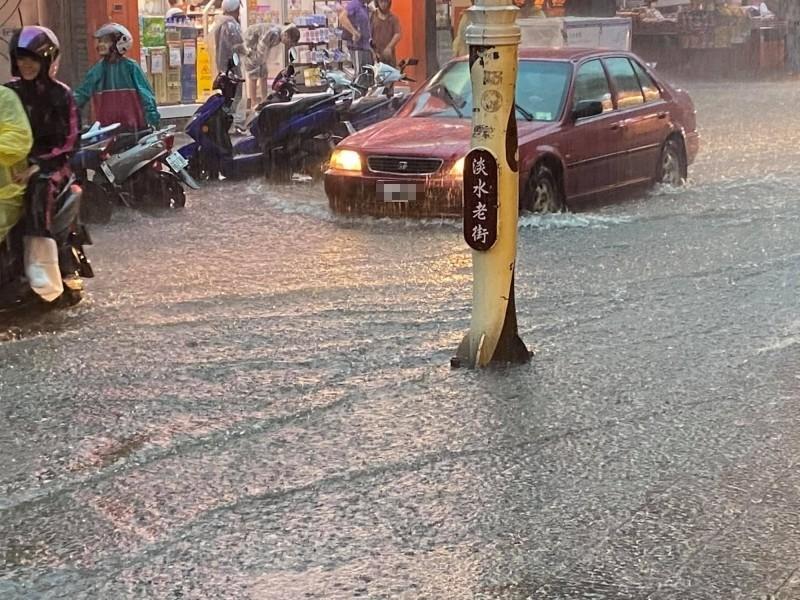 淡水老街雨後成一片汪洋。(楊云萱提供)