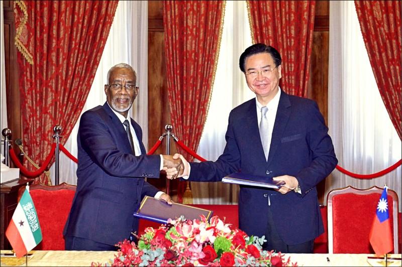 外交部長吳釗燮(右)與索馬利蘭外長穆雅辛簽署雙邊議定書,同意互設官方代表機構。(外交部提供)