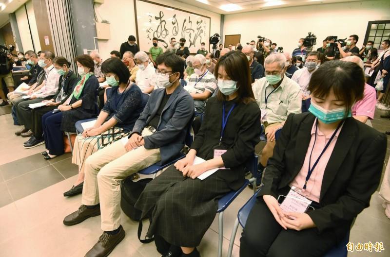 台大學生會、研究生協會2日舉辦「陳文成事件39週年紀念晚會」,出席人士在會中默哀。(記者廖振輝攝)