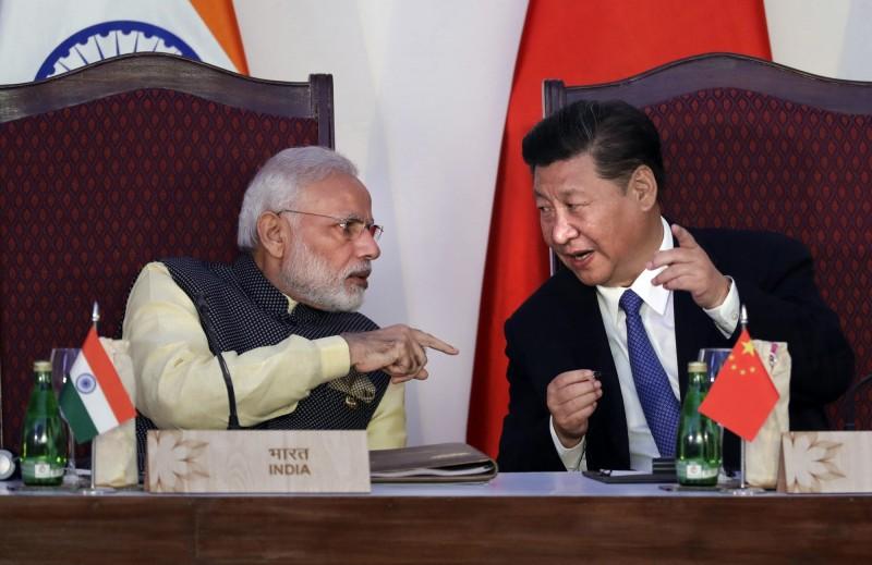 印度總理莫迪(左)退出微博,將所有的貼文刪除,包括他與習近平的合照。(美聯社資料照)