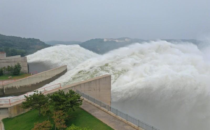 河南濟源的黃河小浪底水庫洩洪。(翻攝自微博)