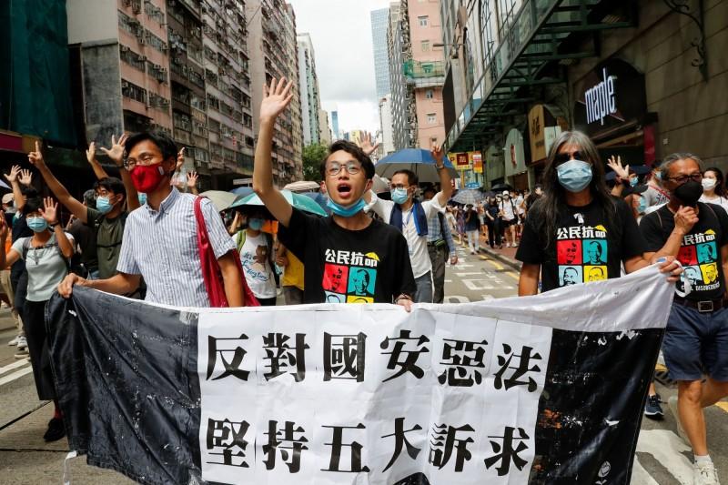 「港版國安法」昨(1日)正式上路首日,至少有370人遭逮,其中有10人(6男4女)涉嫌違反該法,還有人被搜出「中華民國」的國旗,當場被港警逮捕。(路透)