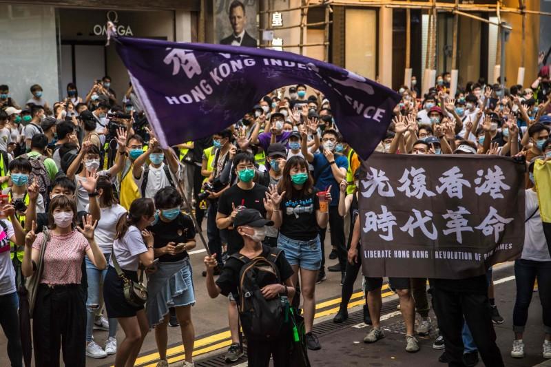 昨日港版國安法正式上路,許多香港民眾走上街頭抗議。(法新社)