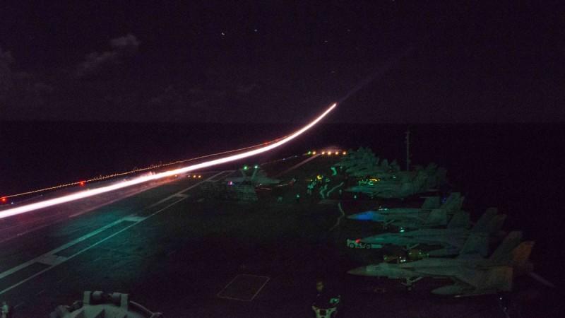 美國太平洋艦隊公開多張照片,秀出「雙航艦」演習期間,雷根號「夜間起降」的訓練照。(照片取自美國太平洋艦隊推特)