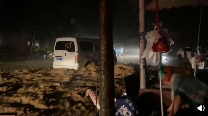 《國家應急廣播》也在微博PO出一段45秒的影片,影片內容可見,貴州省銅仁市江口縣洪水災情慘重,滾滾混濁泥水洶湧地淹沒路面,道路成為一條泥流大河,陸上運輸幾乎癱瘓,不少民眾根本無法逃難。(圖擷取自《國家應急廣播》微博)