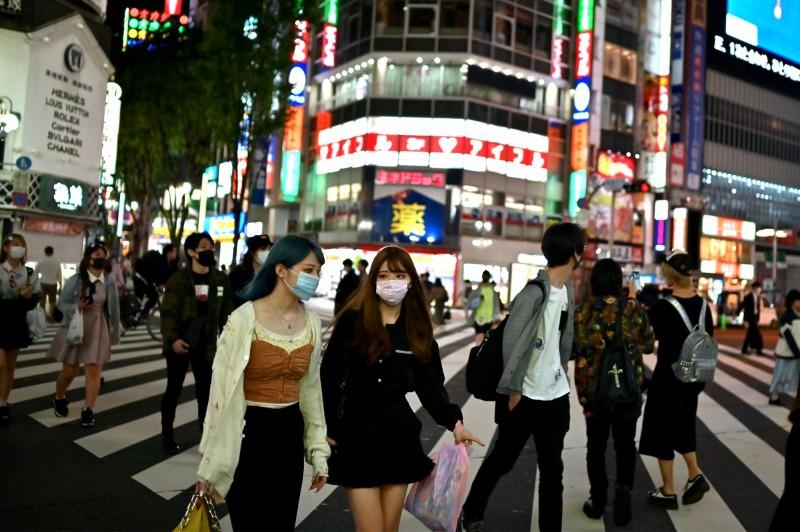 日本東京都的武漢肺炎(新型冠狀病毒病,COVID-19)今107人確診,創下東京在5月25日解除緊急狀態宣言以來最高的一次。圖為新宿街頭。(法新社)