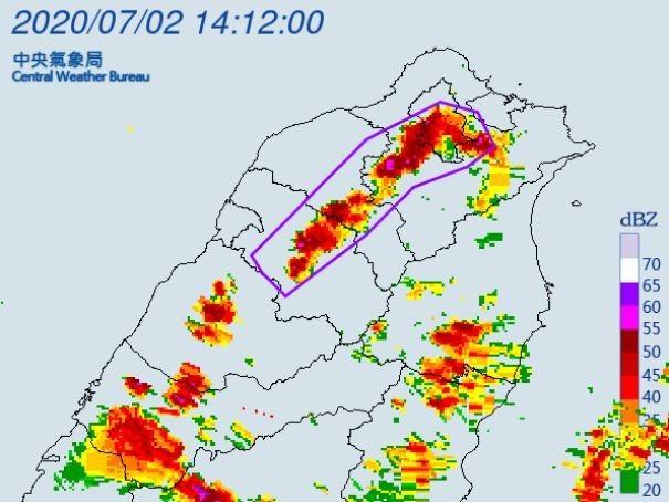 中央氣象局下午2時25分對台北市、新北市、基隆市、桃園市、新竹縣及苗栗縣等6縣市發布大雷雨即時訊息。(擷取自中央氣象局)