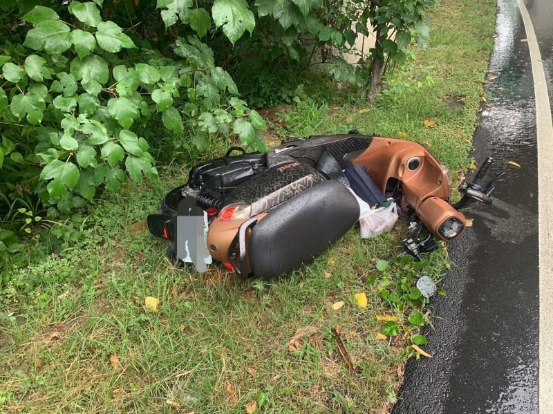 潘女連人帶車倒在距離路樹前5公尺處。(記者何宗翰翻攝)