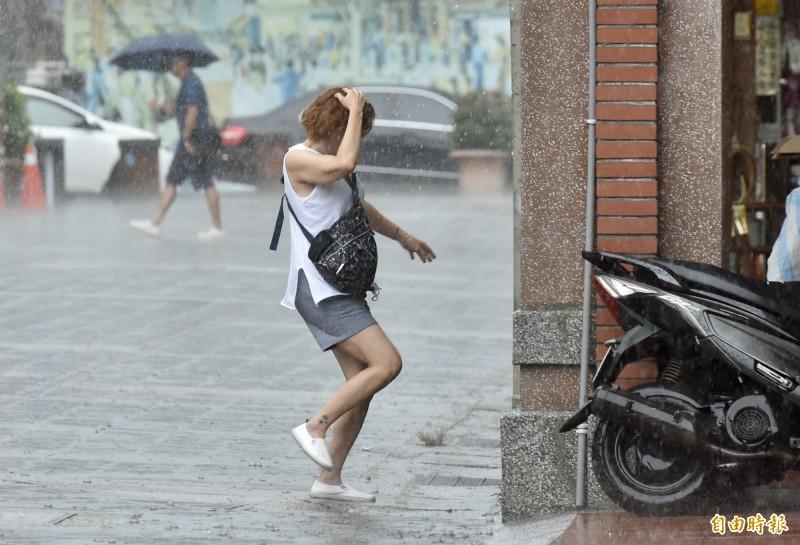 各地今午後下起大雷雨,氣象局已針對北北基等15縣市發布大雨特報。(記者塗建榮攝)