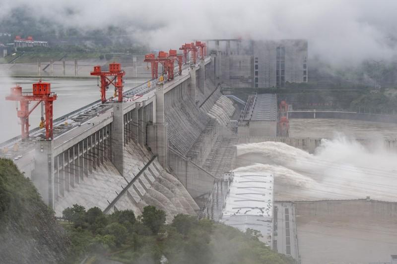 三峽大壩日前放水,爲即將到來的洪患做準備。(法新社)